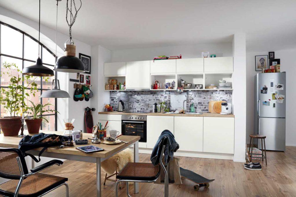 weiße Küche, Parkettboden
