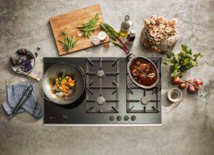 Wenn wir uns schon die Zeit zum Kochen nehmen, dann richtig: mit Profi-Equipment und smarter Technik – wie etwa den neuen Gaskochfeldern von NEFF. Foto: epr/NEFF