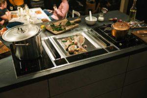Die neueste Dunstabzugsinnovation von NEFF macht sich besonders gut auf Kochinseln, in kleinen sowie offenen Küchen. Foto: epr/NEFF