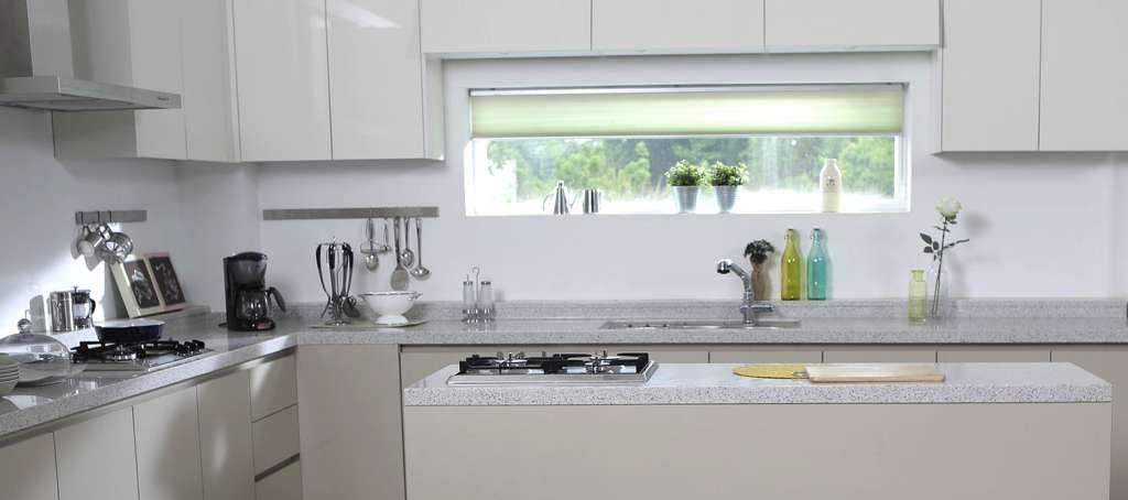 Hell gestrichene Küchenrückwand.