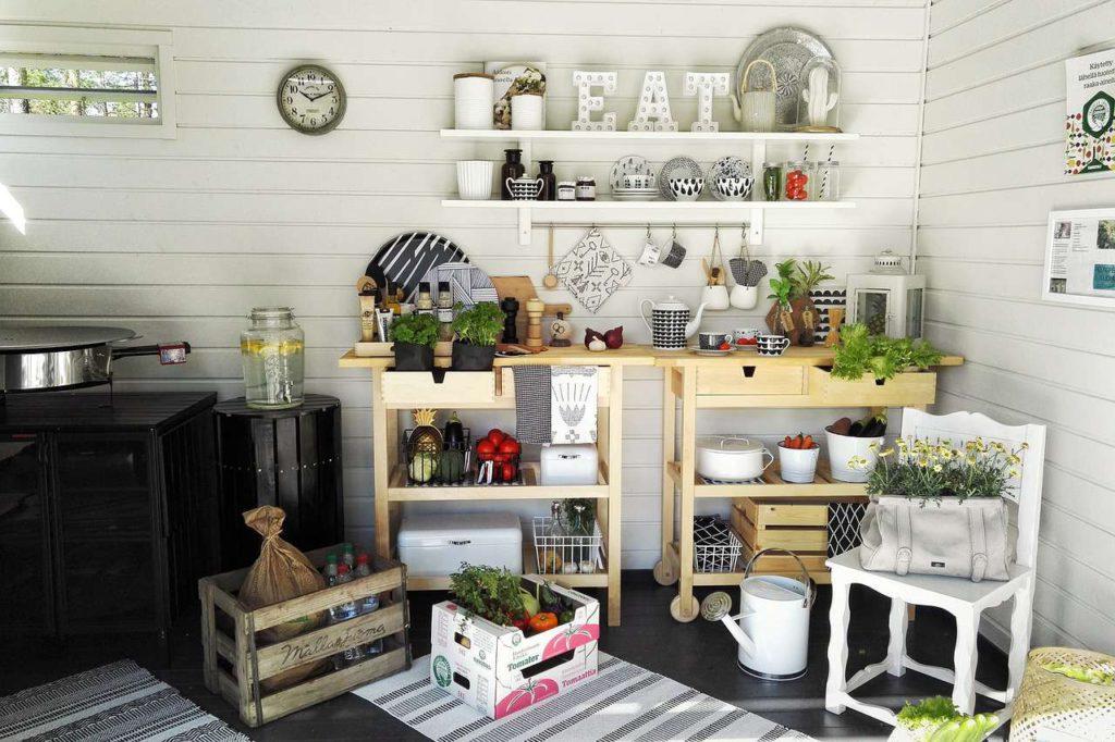 Weiße Holzpaneelen passen besonders gut zum Landhaus- oder Vintagestil. Foto: Pixabay
