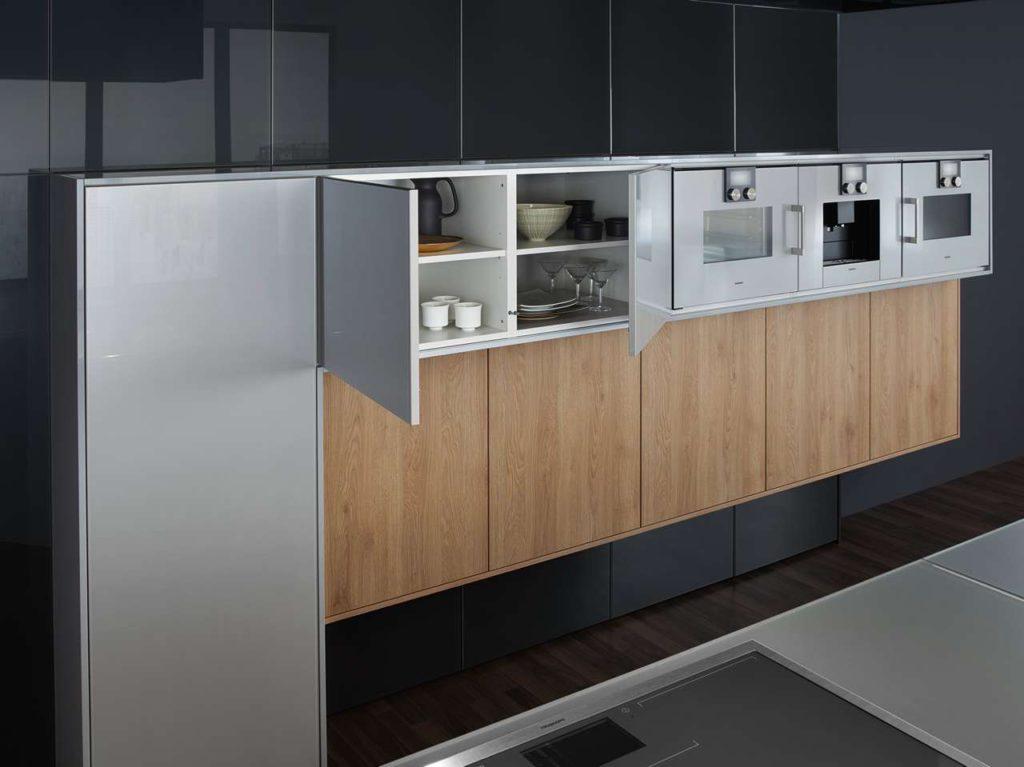 Ganzheitliche Raumplanung mit neuartiger Tiefenstaffelung und feinsinnigem Materialmix – LEICHT Küchen neu inszeniert