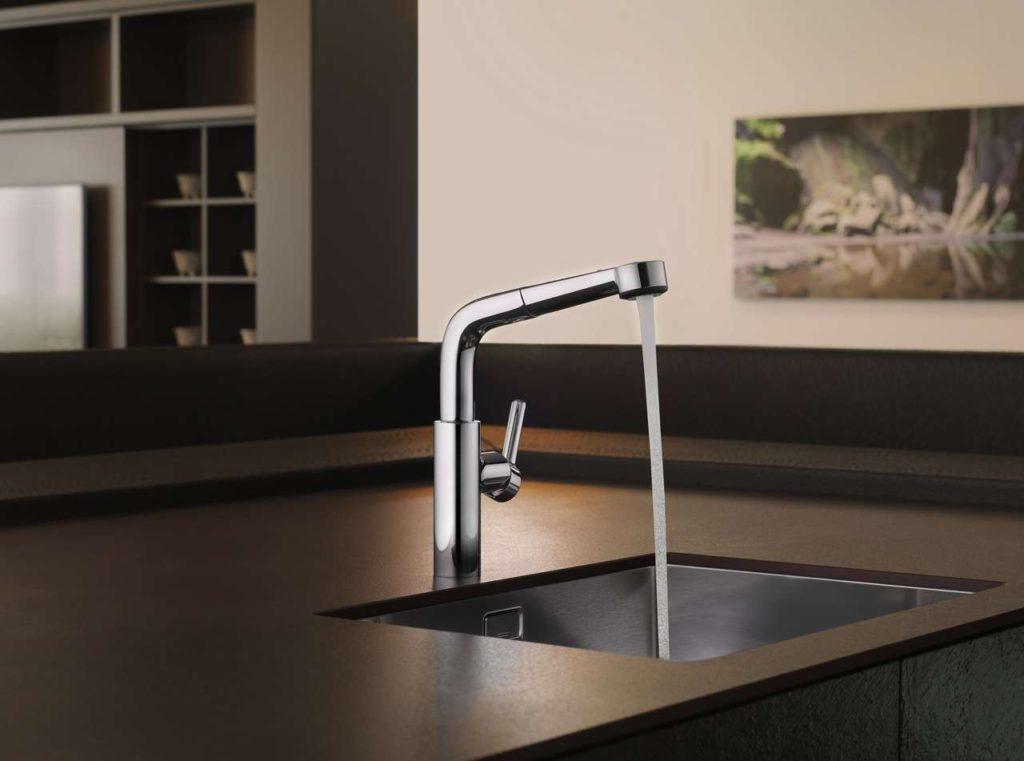 Die Küchenarmatur KWC SUNO ist mit dem turn-and-clean-Verschluss ausgestattet, mit dem das Brausesieb ganz einfach herausgedreht und gereinigt werden kann. Foto: KWC