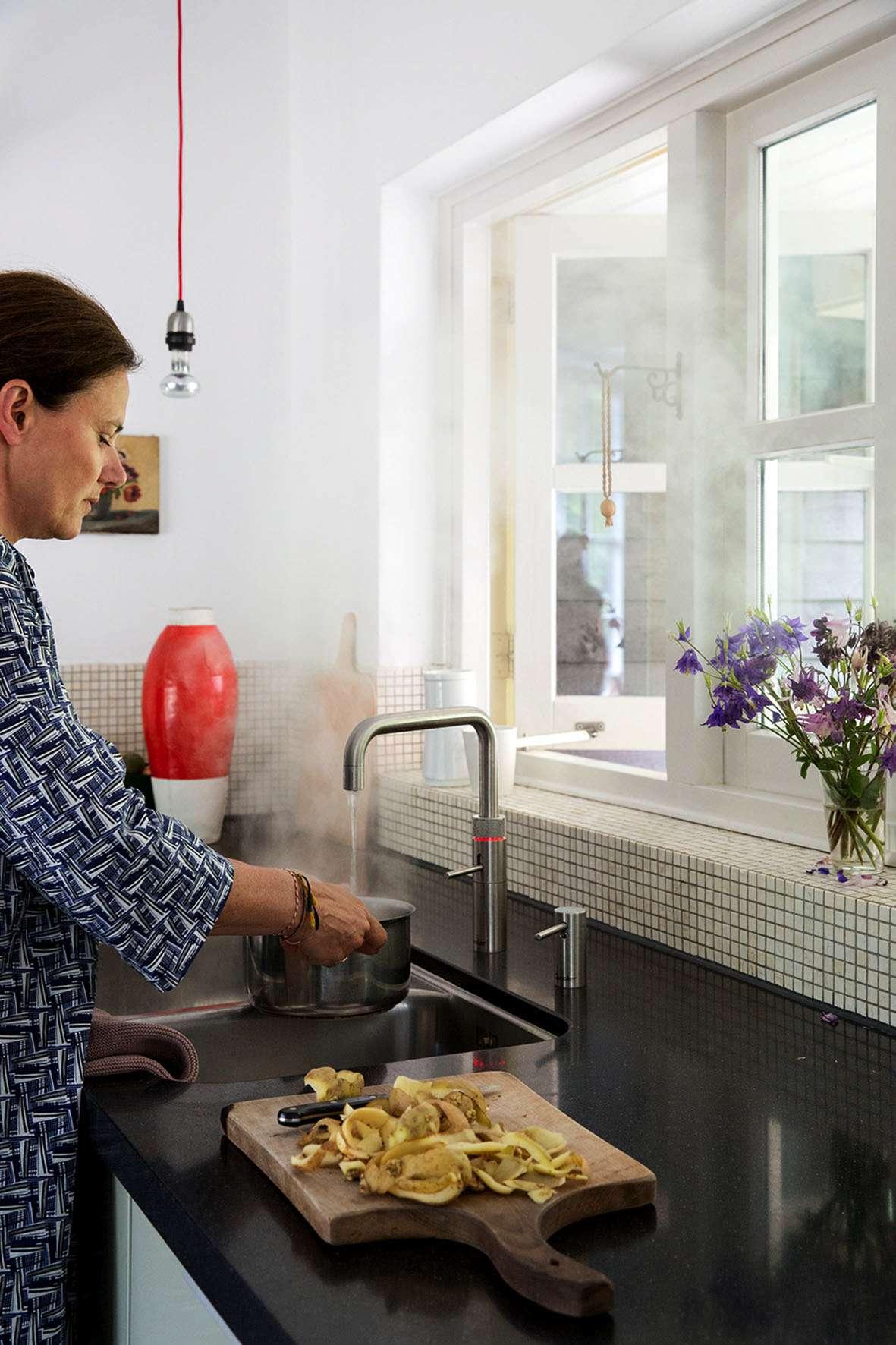 Mit einem Kochend-Wasserhahn können Verbraucher viel Zeit und Energie sparen. Foto: djd/Quooker