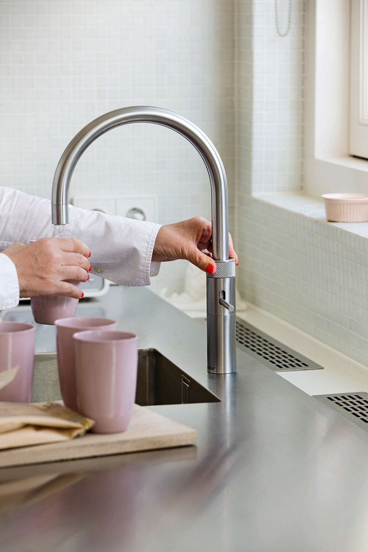 Kochendes Wasser direkt aus dem Hahn: Spezielle Armaturen sorgen für mehr Komfort in der Küche. Foto: djd/Quooker