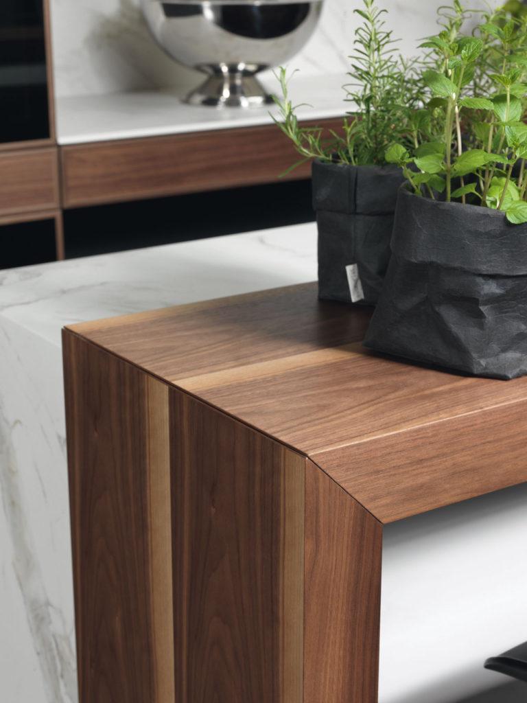Die Kaffeebar im warmen Walnuss-Holz wirkt trendig und stylisch zugleich.