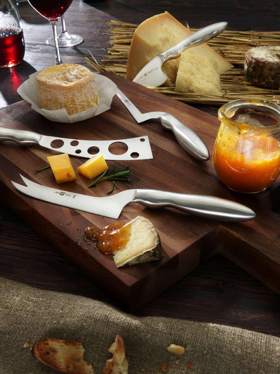 Perfekt für Schnittkäse: Das geschwungene Käsemesser aus der ZWILLING Collection, Schnittfreudig zeigt sich das Käsemesser aus der Serie ZWILLING Dinner. Foto: ZWILLING