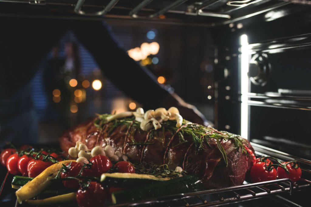 Ein Braten auf dem Gemüsebett gelingt im Dialoggarer in einem Durchgang, ohne dass das empfindliche Gemüse übergart wird. Die Zubereitung spart zudem deutlich an Zeit. Foto: Miele