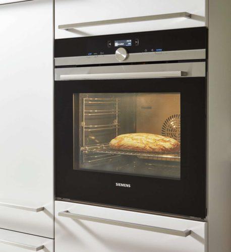 Komfortabel sind in Sichthöhe eingebaute Elektrogeräte. Foto: djd/KüchenTreff GmbH & Co. KG