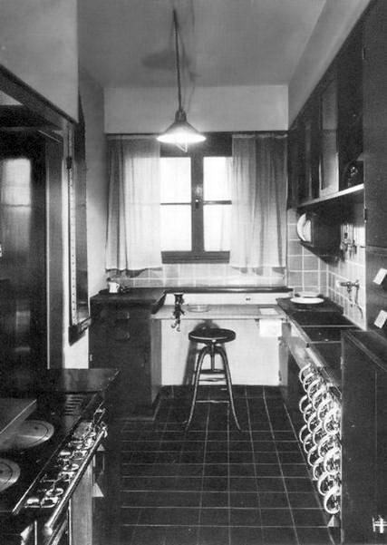 """Die erste Einbauküche der Welt: """"Frankfurter Küche"""" von der Architektin Margarete Schütte-Lihotzky aus dem Jahr 1926. (Foto: AMK)"""