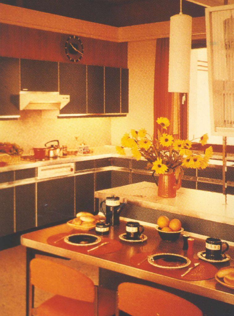 Typische Küche in den beliebten Farben und Formen der 1970er Jahre mit kleiner Essecke. (Foto: AMK)