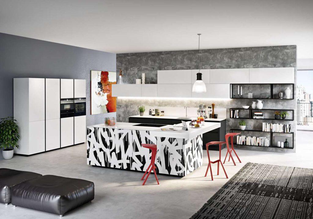 Eine moderne Wohnküche im offen gestalteten Grundriss wirkt großzügig und einladend. (Foto: AMK)
