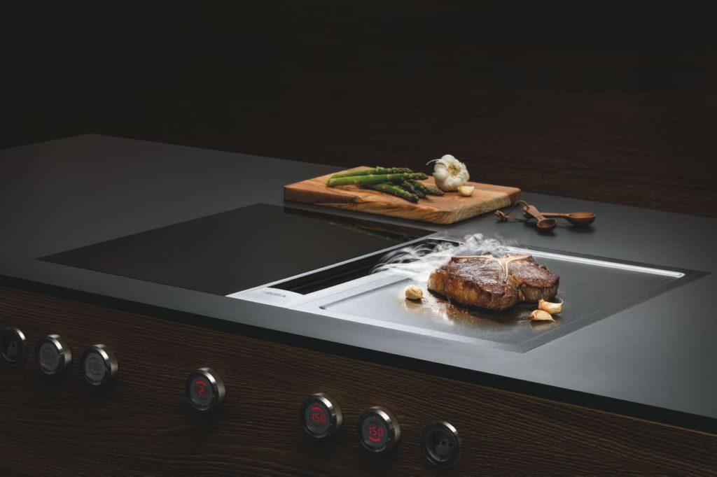 So grillt man heute: Der BORA Tepan Edelstahlgrill besteht aus 9.500 Gramm reinem Edelstahl. Foto: BORA