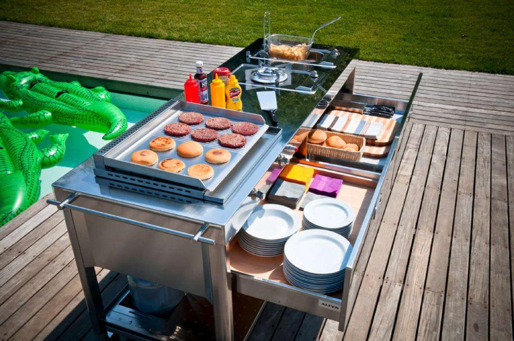 Edelstahlküchenelement mit Gasgrill, für die Gartensaison. Foto: Alpes Inox