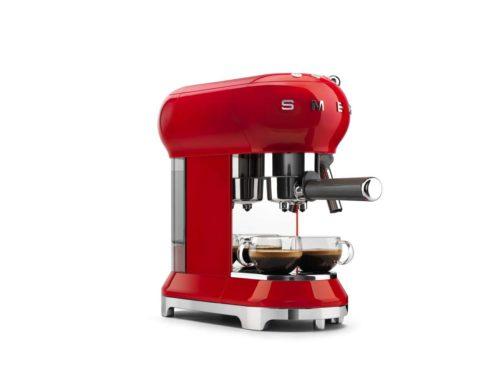 Smeg präsentiert klassische Espresso-Maschine mit Siebträger im bekannten 50's Style. Foto: Smeg