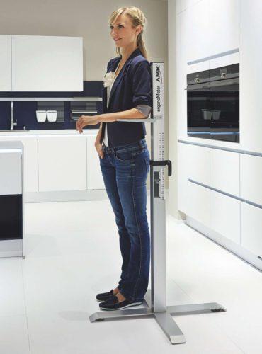 Die ideale Arbeitshöhe liegt 10 bis 15 cm unter der individuellen Ellbogenhöhe. Sie wird mit dem AMK ergonoMeter© ermittelt. (Foto: AMK)