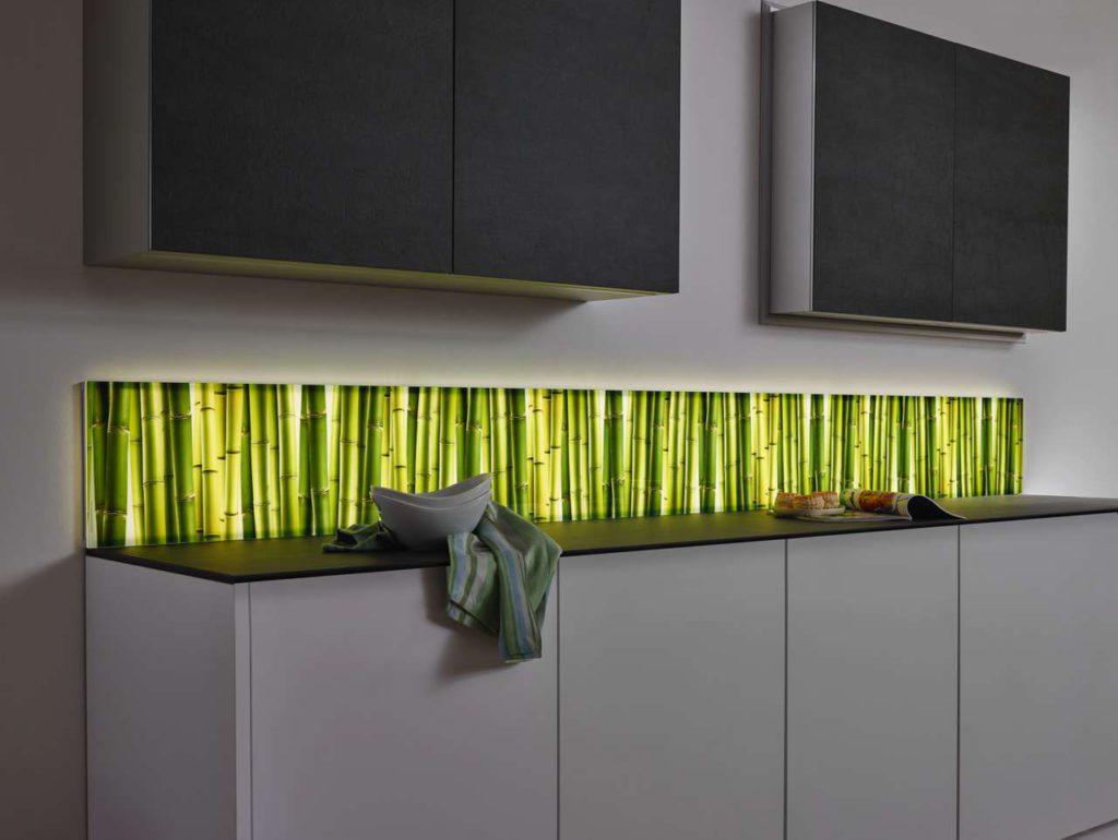 Perfektes Lichtbild: Brillante Motivdrucke und Unifarben erstrahlen mit LED-Licht Foto: Sprinz
