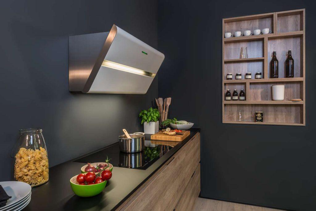 Die Kopffreihaube Smartline ist ein Eye-Catcher in der Küche. Jetzt bietet sie durch mehr Farbauswahl noch mehr Spielraum bei der Küchenplanung. Foto: berbel