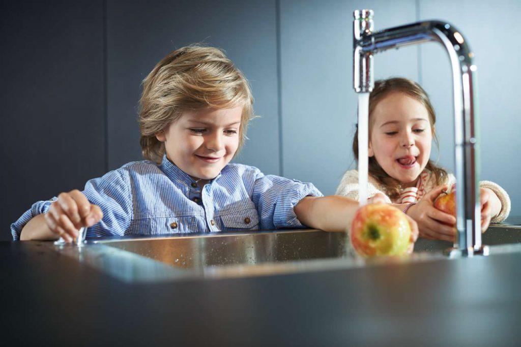 Bei der Variante mit dem neuen hansgrohe M7119-H200 Küchenmischer stellt man durch Kippen und Drehen am Kipphebel die gewünschte Wassertemperatur und Wassermenge ein. Mit dem Select- Knopf an der Ausziehbrause wird dann der Wasserfluss gestartet oder gestoppt. So lässt sich die Armatur komfortabel von vorne bedienen.Foto: ©hansgrohe/Hansgrohe SE