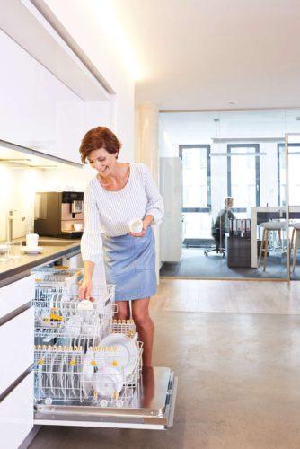 Sauberes Geschirr in nur 17 Minuten – im Büro und anderswo: Dafür sorgt ein neuer Spüler aus der Baureihe ProfiLine von Miele Professional. (Foto: Miele)