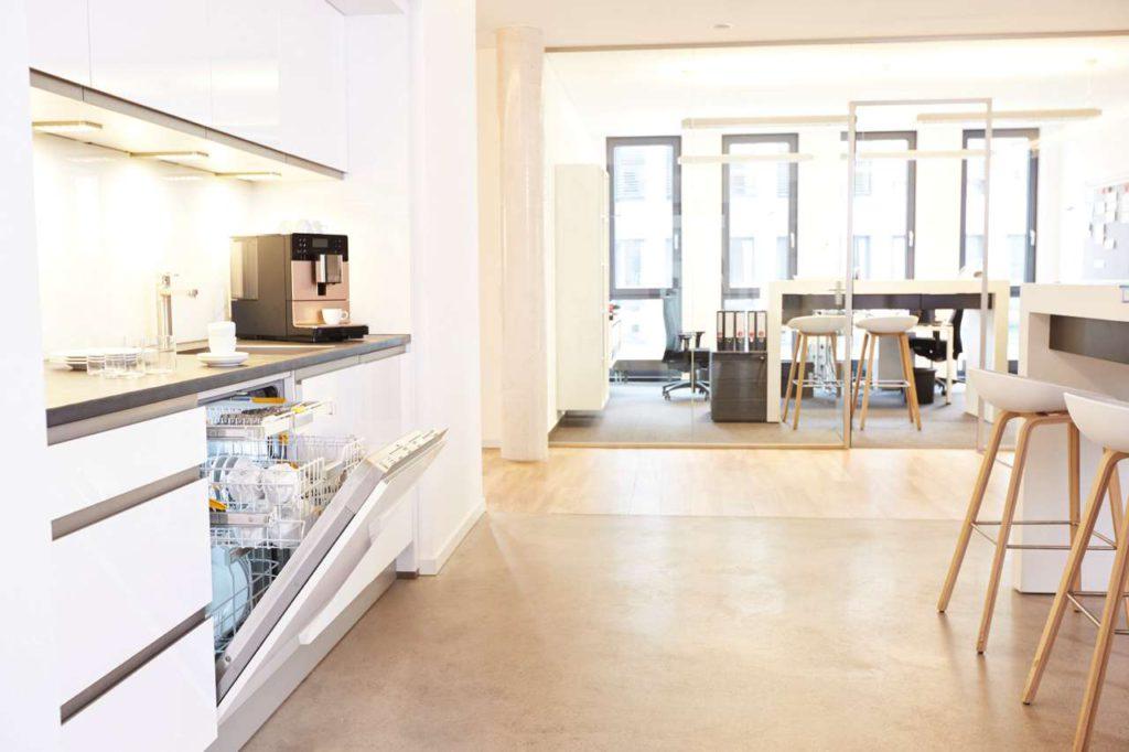 Modernste Spültechnik in der Büroküche: Dieser neue Geschirrspüler aus der Baureihe ProfiLine von Miele Professional ist mit einem WLAN-Modul ausgestattet. Über eine App lassen sich Informationen zum Programmablauf vom Handy oder Tablet abrufen – und bei Bedarf auch Reinigungsmittel bestellen. (Foto: Miele)