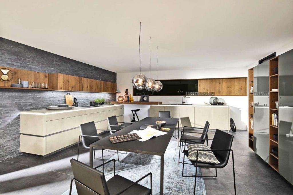 Der große Esstisch wird zum Dreh- und Mittelpunkt des modernen Wohnens wie im Loft. Foto: djd/TopaTeam/Nolte