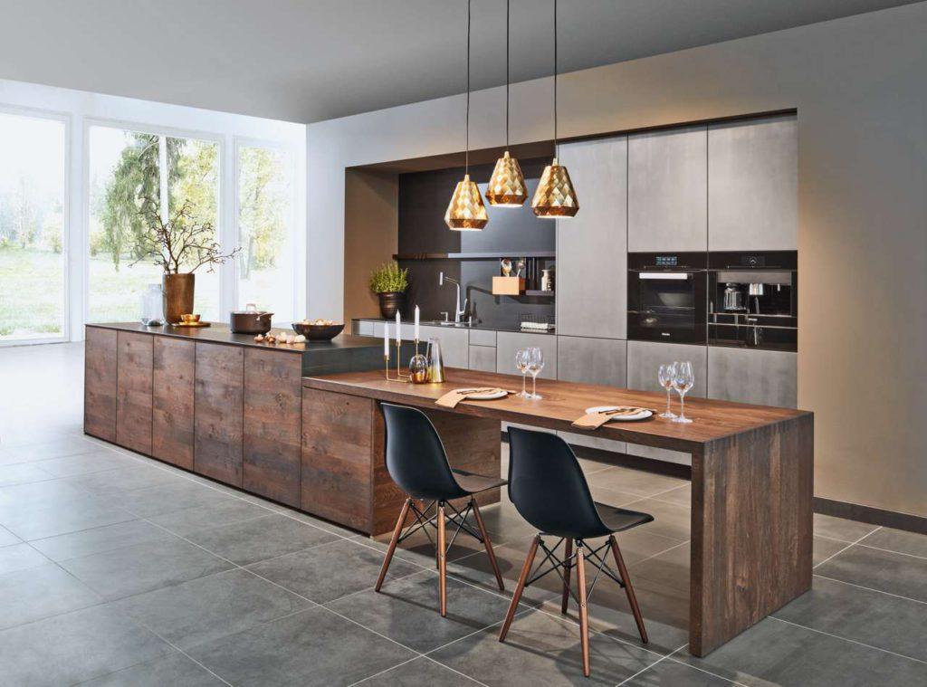 Wohnlich, gemütlich und praktisch: Die Küche ist heute zu einem Multifunktionsraum geworden. Der Essbereich befindet sich direkt neben der zentralen Kochinsel. Foto: djd/TopaTeam/Zeyko