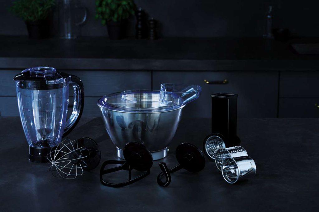 Das umfangreiche Zubehör ermöglicht den vielseitigen Einsatz, wie hier bei der 3Series KM3300 Küchenmaschine. Foto: AEG