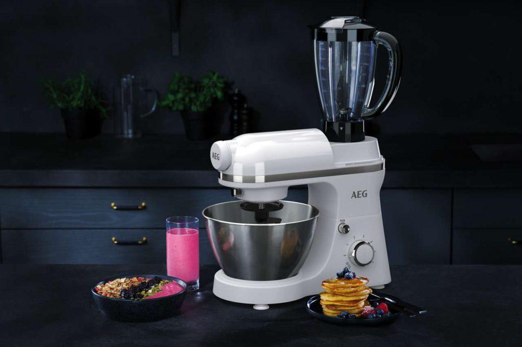 Die AEG 3Series Küchenmaschinen bieten dank integriertem Standmixer unzählige Möglichkeiten auch in kleinen Küchen. Foto: AEG