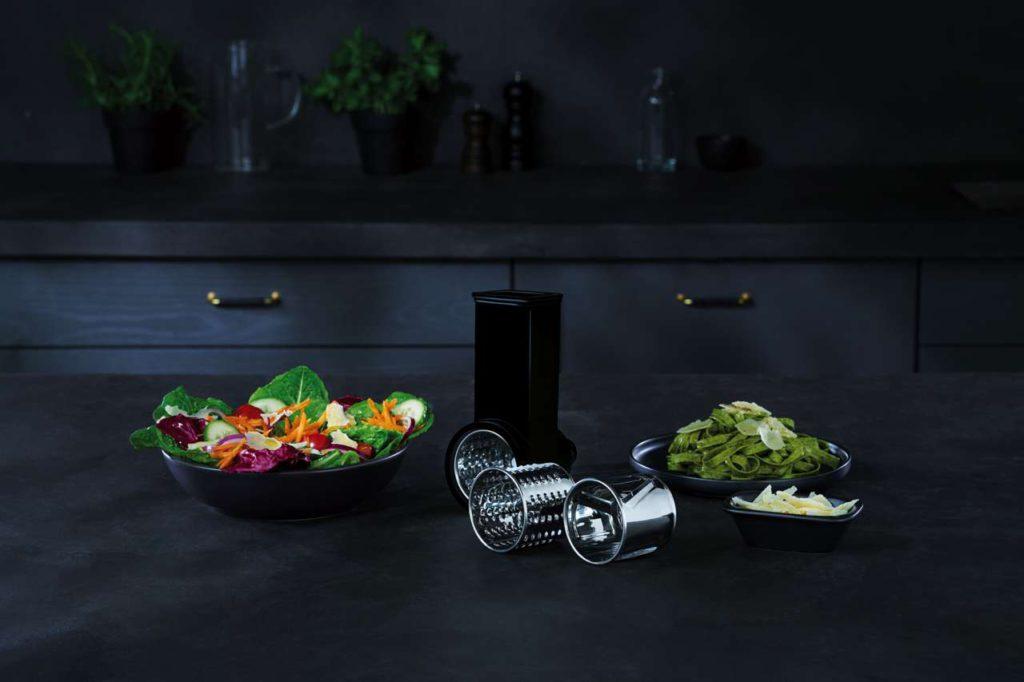 Das Schnitzelwerk mit drei Einsätzen der 3Series KM 3300 zerkleinert einfach Gemüse oder Salat. Foto: AEG