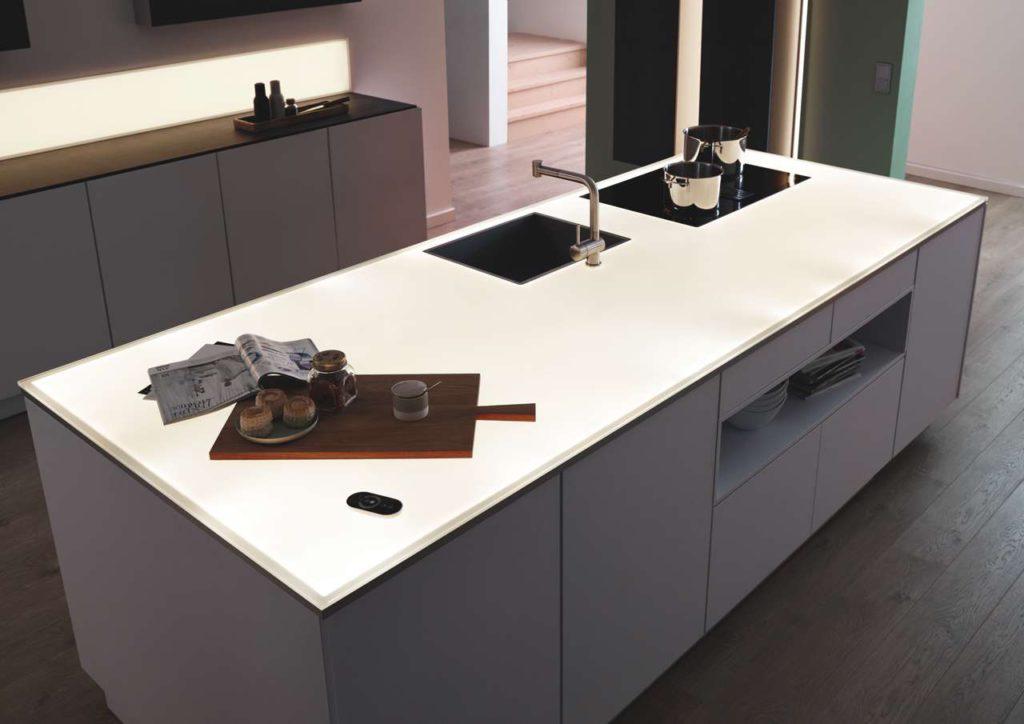 Die weiß bedruckte Arbeitsfläche aus Einscheibensicherheitsglas wird gleichmäßig mit LED-Licht ausgeleuchtet Bild: Sprinz