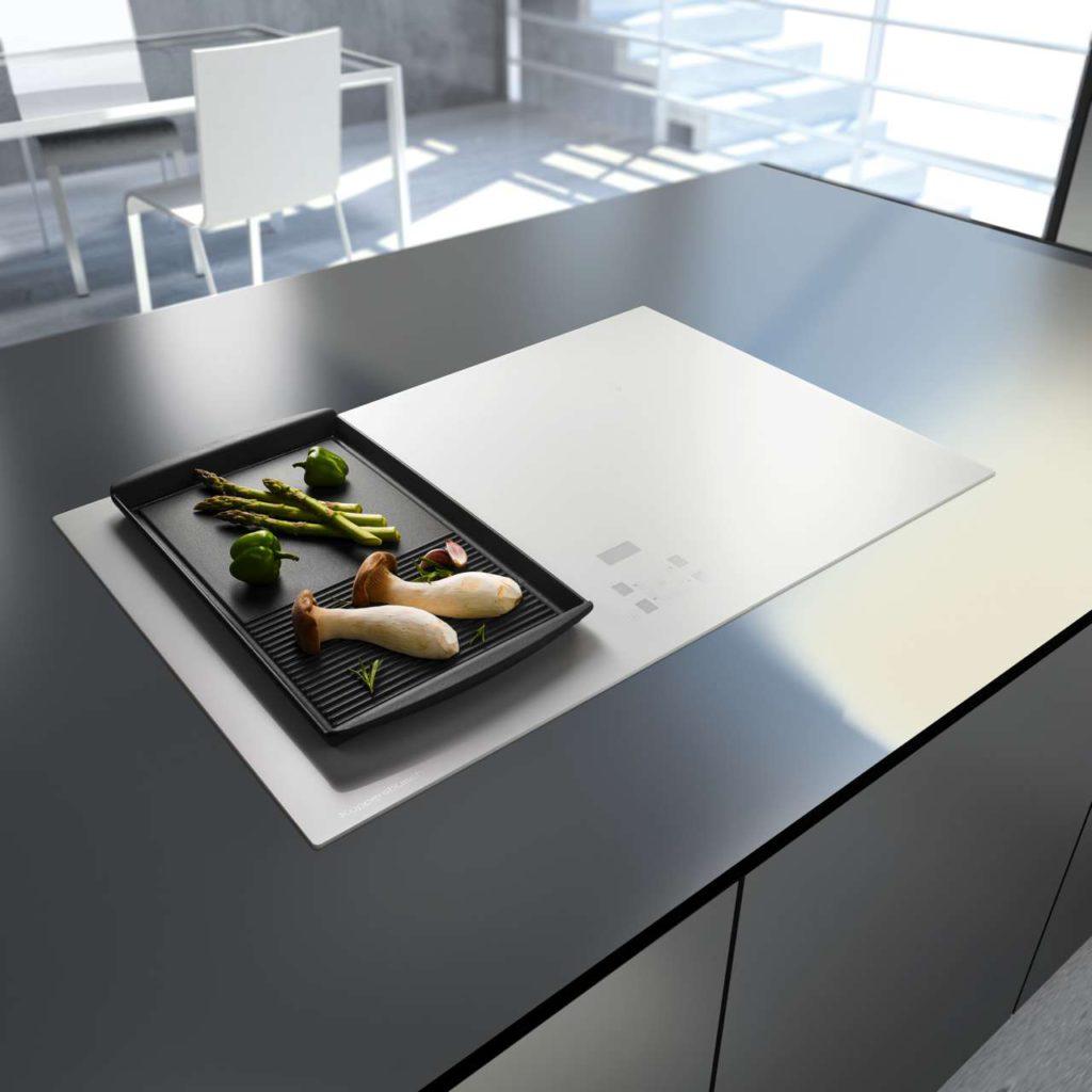 Black or White: Das Induktions-Kochfeld Kl 8520.0 ist in mehreren Varianten erhältlich: Rahmenlos, aus weißem Glas oder mit mattiertem schwarzen Glas mit Edelstahl Rahmen, rahmenlos oder mit Facettenschliff. Foto: Küppersbusch