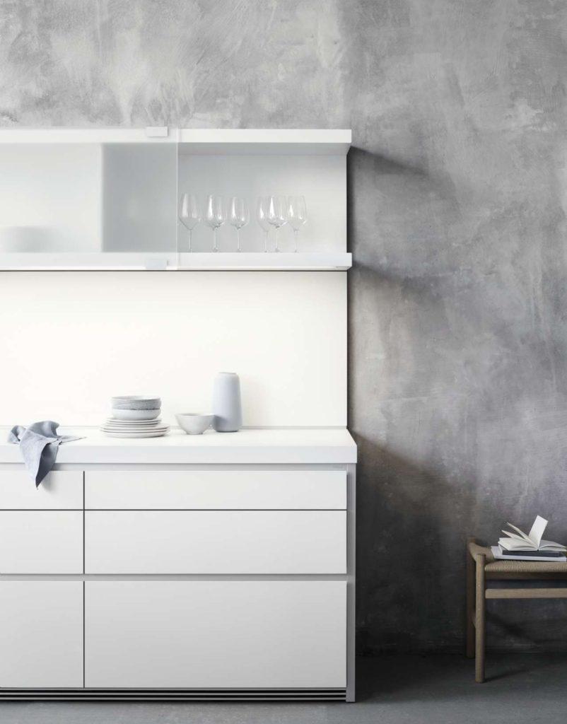 Aufgrund ihrer skulpturalen Erscheinung können Sie die bulthaup b1 freistehend an der Wand platzieren. Ihre formale Geschlossenheit macht es möglich. Je nach Belieben lassen sich die Grundfunktionen der Küche auch in der Wandzeile integrieren. Foto: bulthaupt