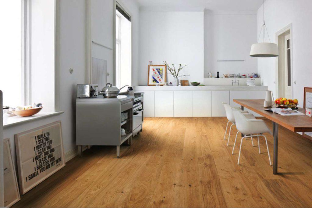 Außergewöhnliche Raumakzente: Landhausdielen können eine neue Eleganz in Küche und Essbereich bringen. Foto: djd/Hamberger Flooring/HARO