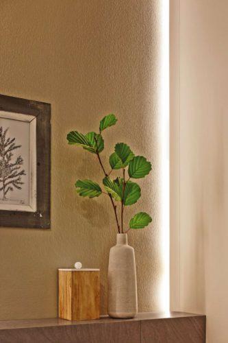 Mit ihrer selbstklebenden Rückseite lassen sich die LED-Bänder flexibel im Haus verwenden. Foto: djd/Paulmann Licht