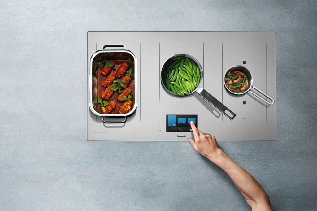 Passt immer: Drei der fünf Kochzonen passen sich flexibel der Größe von Topf oder Pfanne an. Foto: djd/Panasonic