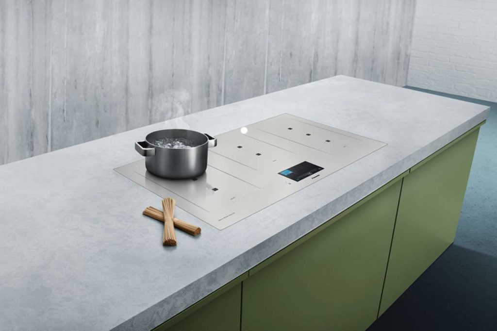 Das Kochen auf einem Induktionsfeld spart Zeit, Energie und ist zudem noch besonders sicher. Foto: djd/Panasonic