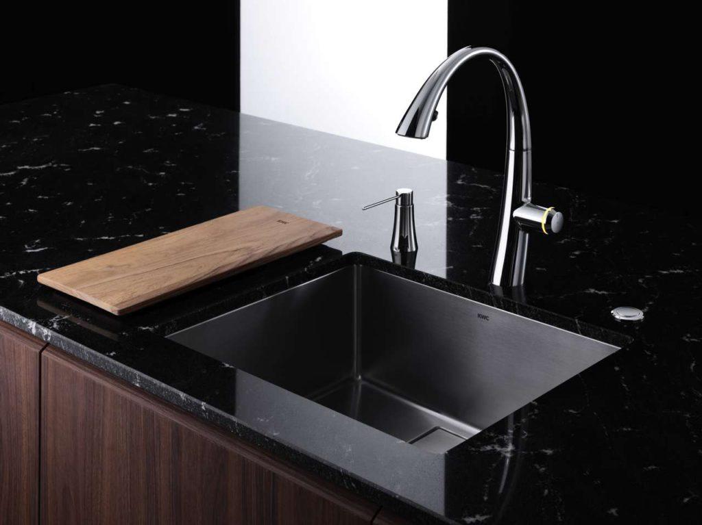 Die KWC ZOE ist ein Eyecatcher in jeder Küche: Das neue Spülbecken harmoniert mit seiner klaren Geometrie. Foto: Franke