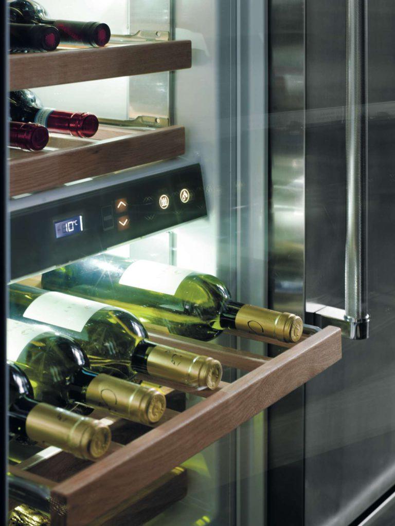 Vertigo bietet viel mehr als gewöhnliche Weinkühler. In unsere Weinkühlschränke passen bis zu 81 Flaschen, die dank intelligenter Funktionen mit größter Sorgfalt konserviert und gekühlt werden. Foto: KitchenAid