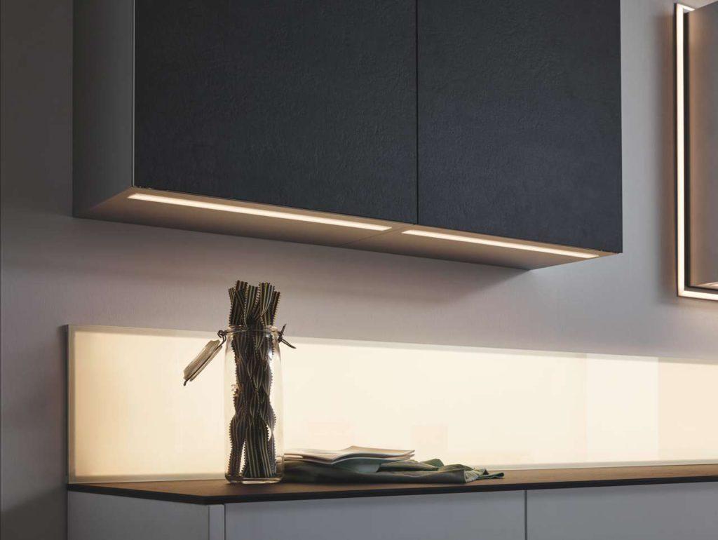 Warmweißes LED-Licht leuchtet Flächen unter den Oberschränkengleichmäßig aus.Foto: Sprinz