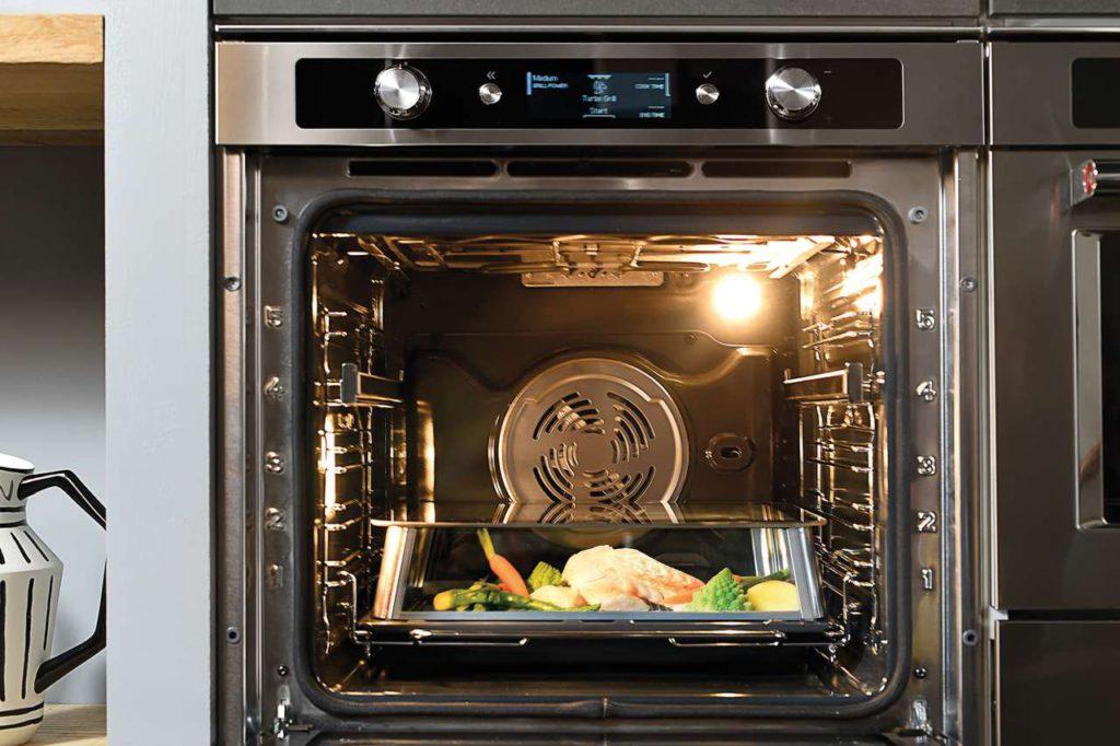 Der TWELIX-ARTISAN-BACKOFEN ist eine neue Ofengeneration, die professionelle Ergebnisse für köstliche, schmackhafte und nahrhafte Gerichte verspricht; gleichzeitig können Sie damit in einem Umluftofen mit reinem Dampf garen. Dieser Ofen bietet Ihnen ganz neue Möglichkeiten: 13 Profi-, 8 spezielle, 8 klassische und 4 Dampfgarfunktionen. Damit greifen Sie in einem Gerät auf drei verschiedene Garmethoden zu: Umluft, reines Dampfgaren, Kombi-Garen. Foto: KitchenAid