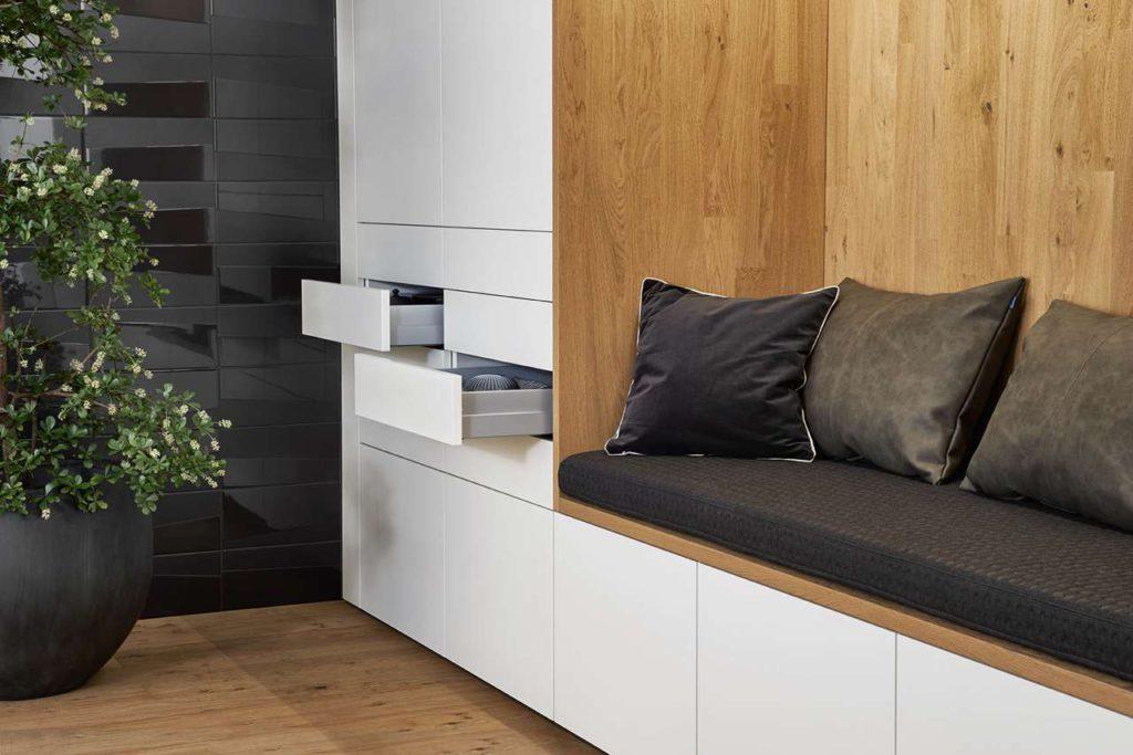Die gemütliche Sitzecke lockert die Küchenwand auf. Foto: LEICHT