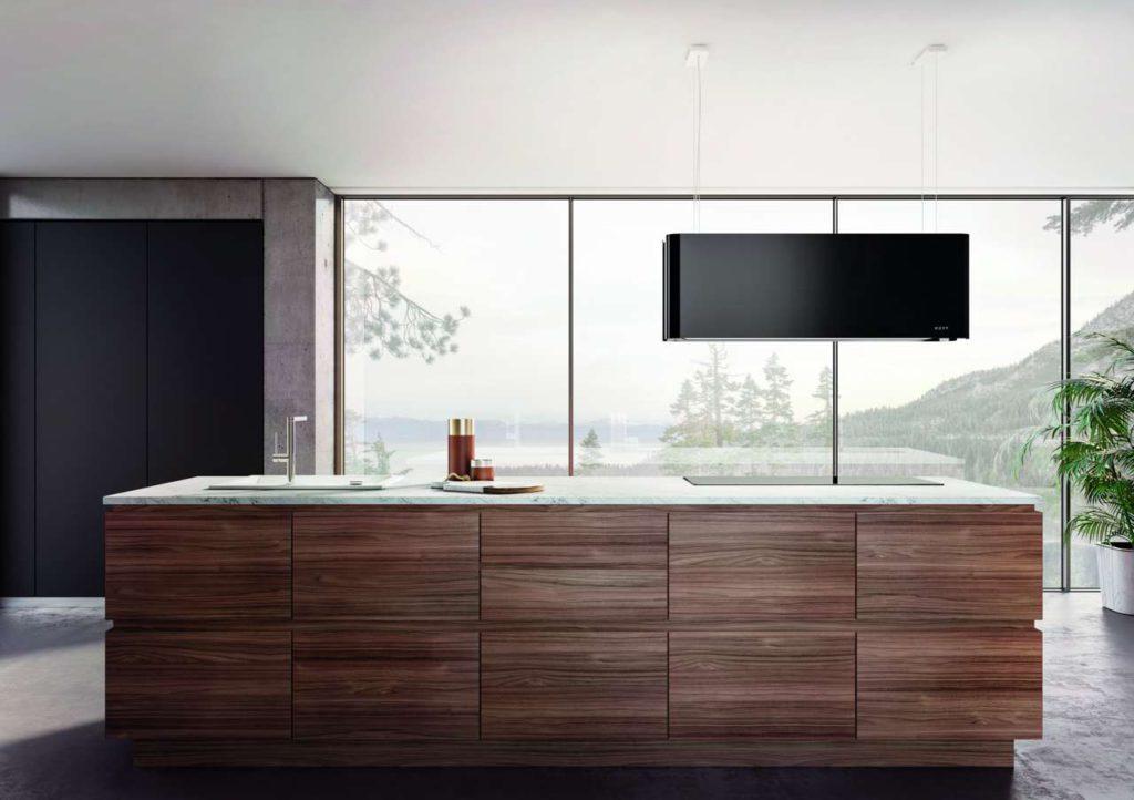 Mood: Die elegante Umluftkombination aus frei hängendem Dunstabzug und integrierter Kochfeldbeleuchtung ist mit einem Korpus in Schwarz zu haben. Foto: Novy