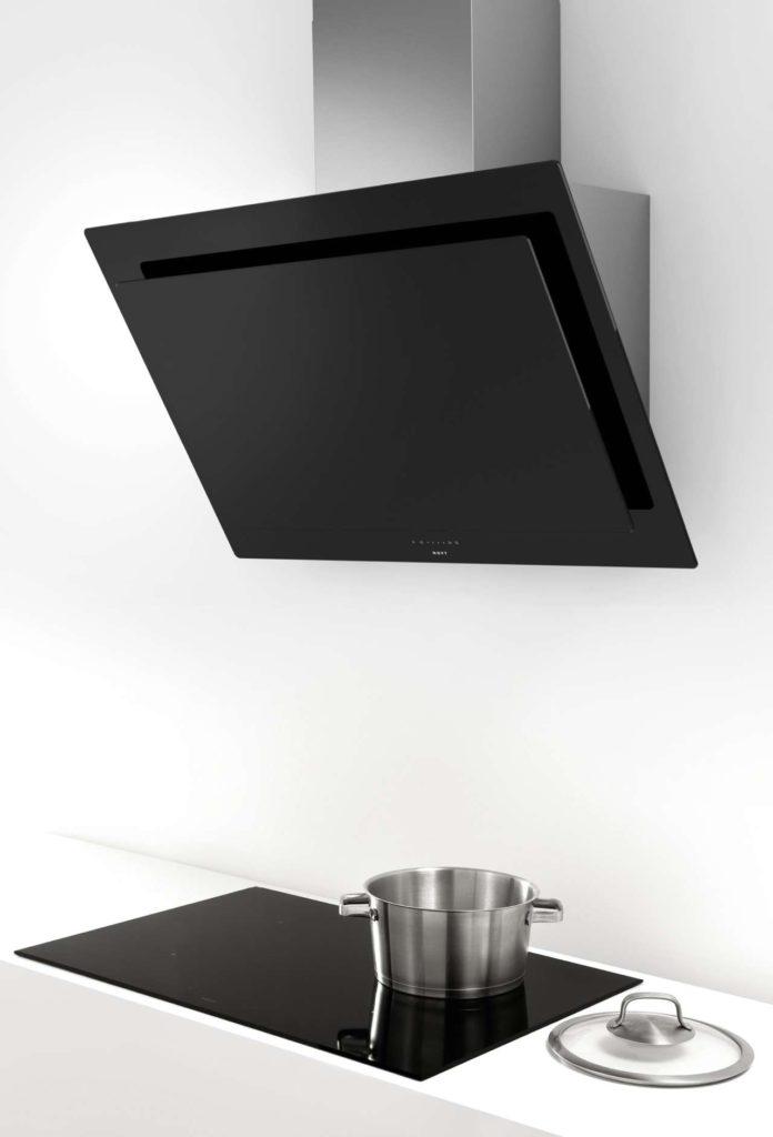 Auch die innovative Schräghaube Vision gibt es in einer Ausführung aus schwarzem Glas. Foto: Novy