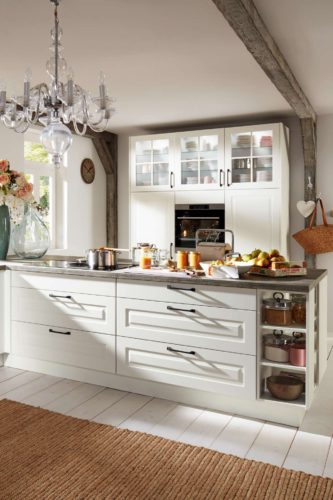 Die weiße Landhausküche strahlt eine wohnliche Gemütlichkeit aus. Foto: djd/KüchenTreff