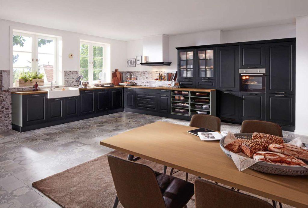 Landhausküchen lassen sich mit allen modernen Elektrogeräten kombinieren. Foto: djd/KüchenTreff