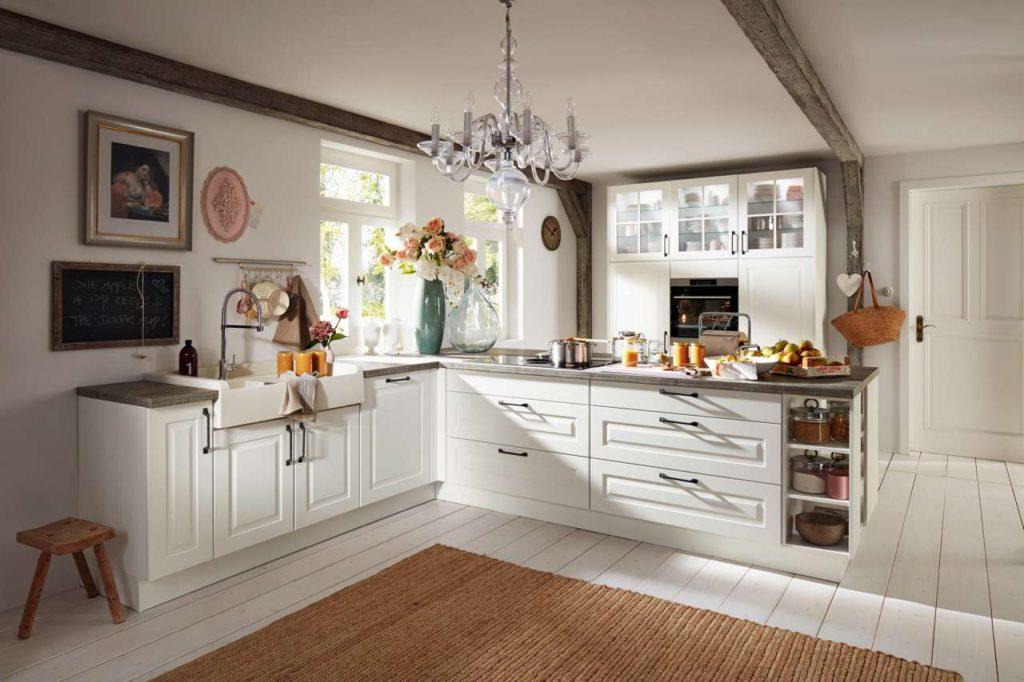 Natürliche Materialien und verspielte Details unterstützen den behaglichen Charme von Landhausküchen. Foto: djd/KüchenTreff