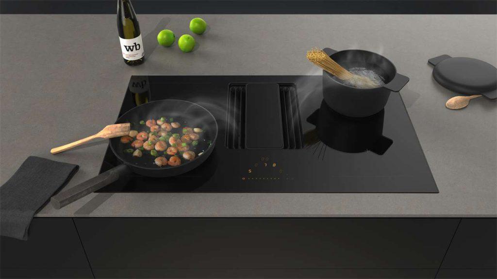 Eine schicke Einbaulösung ist dieses All-in-One-Modell, das ab Mitte Januar 2018 erhältlich ist. Das verschiebbare Glaselement des direkt ins Kochfeld integrierten Abzugs kann rechts, links oder mittig positioniert werden. So werden die Kochdünste optimal erfasst. (Foto: AMK