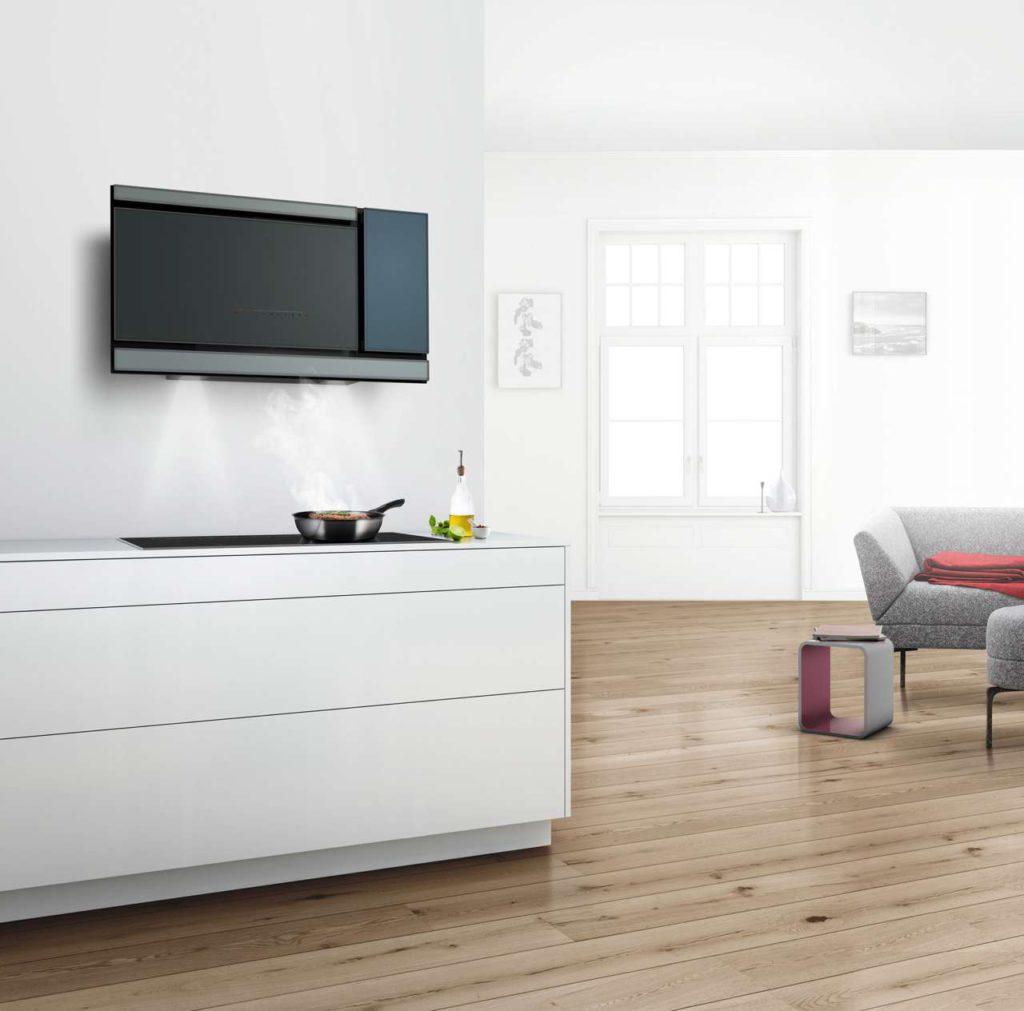 Für designorientierte Haushalte. Diese leistungsstarke Dunstabzugs-haube aus apart strukturierten, hochwertig verarbeiteten Glasflächen wirkt an jeder Küchenwand wie ein skulpturales Kunstobjekt. (Foto: AMK)