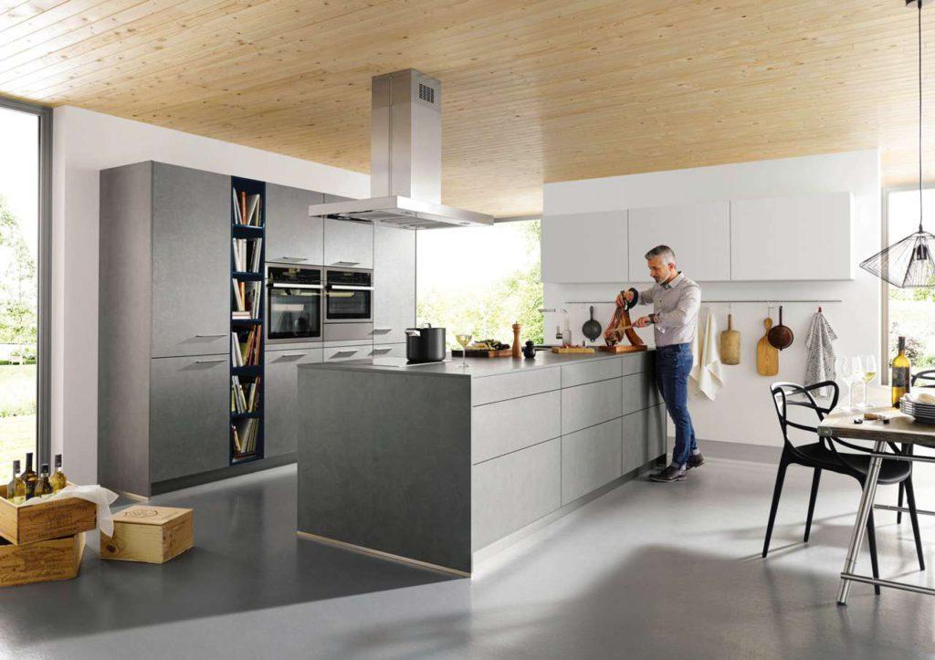 In dieser attraktiven offenen Wohnküche macht die gesunde Zubereitungs-methode des Dampfgarens so richtig Spaß. Neben dem großen Einbau-Backofen (links) befindet sich ein Dampfgarer mit ergänzender Wärme-schublade. (Foto: AMK)